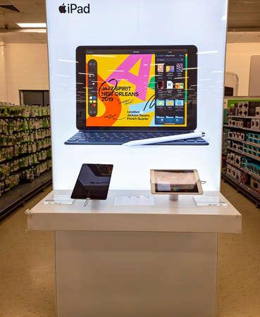 Mackay, Queensland, Australia - February 2021: Popular ipad brands for sale in shopping center store Redactioneel