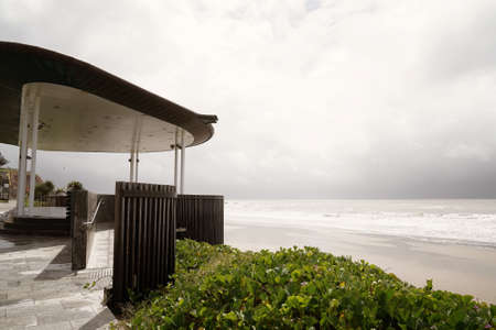 A modern shelter on the beach for tourists to admire the view on a stormy rainy day 免版税图像