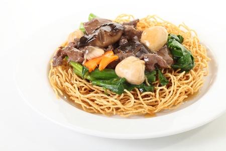 pan fried: Pan spaghetti fritti con funghi Archivio Fotografico