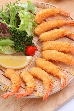prawn: Camarones fritos, en un plato con salsa