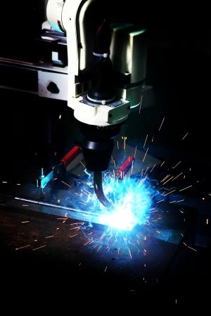 corte laser: Corte por l�ser de chapa de metal con las chispas, m�quina Foto de archivo