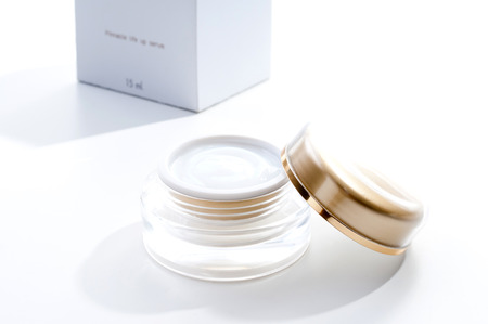beauty cream container with box on white background Standard-Bild