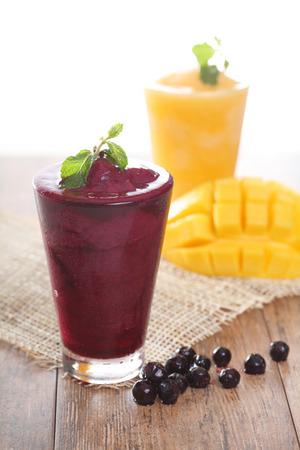 Fresh Blueberry and mango Smoothie Standard-Bild