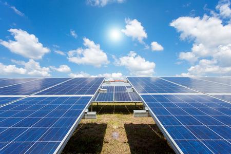 energia solar: Energ�a solar para la energ�a renovable el�ctrica a partir del sol, parque solar Foto de archivo