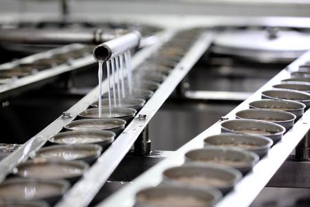 atún: El atún en lata de procesamiento en la fábrica