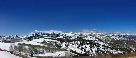 Panoramic snow capped mountains in Park City Utah background Banque d'images - 140496599