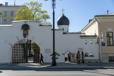 Street scene, entrance to the church, dome of orthodox church, old church Foto de archivo - 131831779