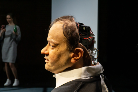 Moscú, Rusia, 12 de febrero de 2019: Cyborg, clon, robot androide y concepto de hombre artificial - Thomas Melle, después del espectáculo Uncanny Valley, Rimini Protokoll