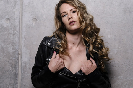 A stunning blonde in leather jacket 免版税图像