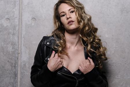 A stunning blonde in leather jacket 版權商用圖片