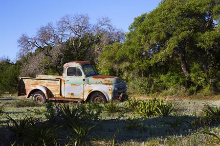 Vieille camionnette dans un vieux champ à Hill Country, Texas