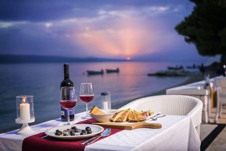 romantyczny: Romantyczna kolacja na plaży słońca Zdjęcie Seryjne
