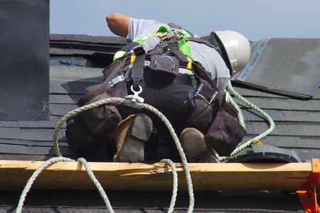 naprawa dachu pracownik budowlany dekarz człowiek dekarstwo lina zabezpieczająca