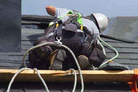 Toit réparation ouvrier du bâtiment couvreur homme toiture corde de sécurité