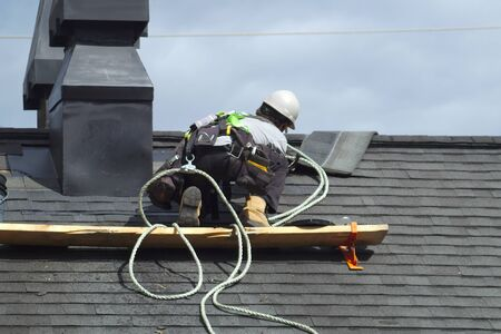 roofer construction roof repair rope security worker Banque d'images