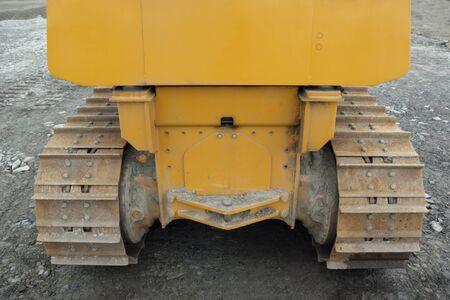 buldozer giallo cingolato vista posteriore macchina escavatore vista posteriore Archivio Fotografico