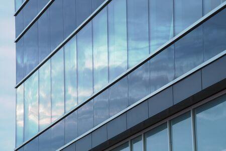 glass building facade mirror wall sky reflections 免版税图像
