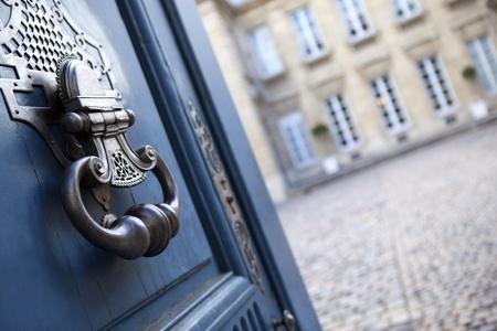 Deur van een herenhuis in Bordeaux, Frankrijk