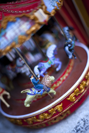 tr�delmarkt: Miniatur Karussell in einem Flohmarkt Lizenzfreie Bilder