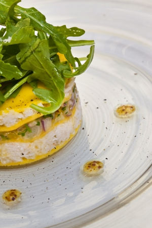 hots: Hors d oeuvre with crab, mango, shallots and green salad Stock Photo