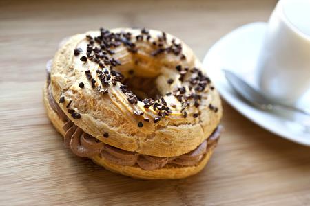 """Cake  """"Paris-Brest """" op een bord"""