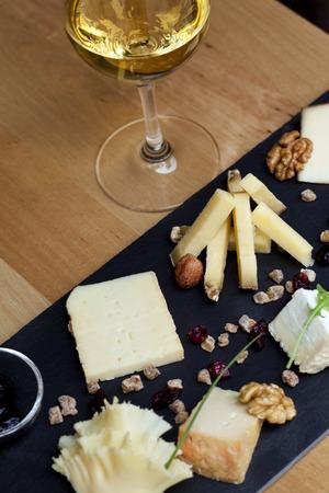 Plaat van kaas en witte wijn Stockfoto