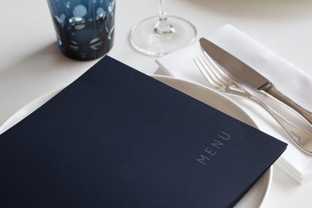 Menú y tabla de configuración en un restaurante Foto de archivo - 34846498