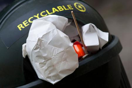 reciclable: Los residuos reciclables en un contenedor