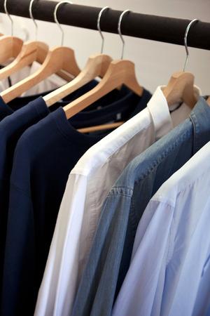 Opknoping shirts in een modewinkel Stockfoto