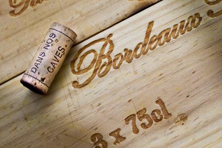 Wijnkist en pet in een Franse wijngaard in Bordeaux Stockfoto