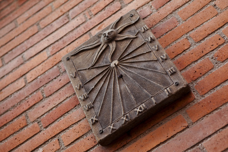 reloj de sol: Reloj de sol en una pared de ladrillo