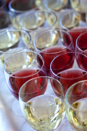 Glazen witte en rose wijn