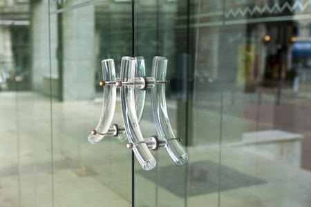 Stijlvolle handvatten van een glazen deur Stockfoto