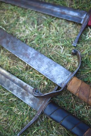 espadas medievales: Espadas medievales en la hierba