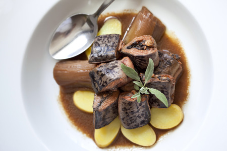 wine sauce: Lamprey, leeks, potatoes and red wine sauce