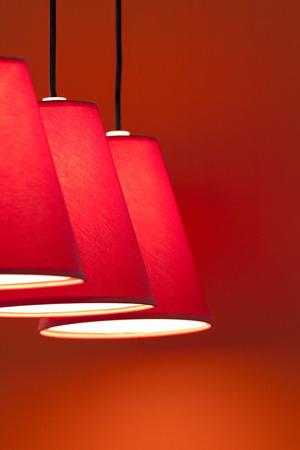 abatjour: Paralumi di tela rossa in un salotto