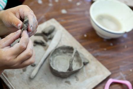 Kinderen maken van aardewerk in een workshop op school Stockfoto