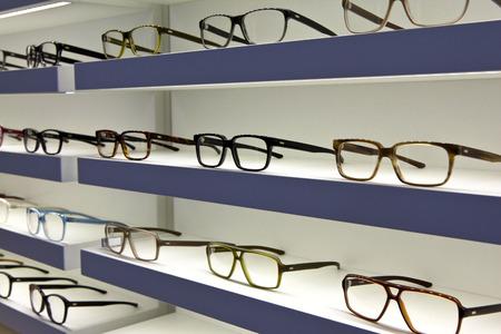 Glazen op planken in een opticien winkel