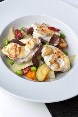 burbot: Lota, jamón de pato y verduras en un plato