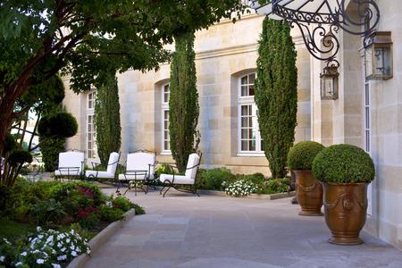 Binnenplaats en tuin van een stijlvol herenhuis in de buurt van Bordeaux, Frankrijk Stockfoto