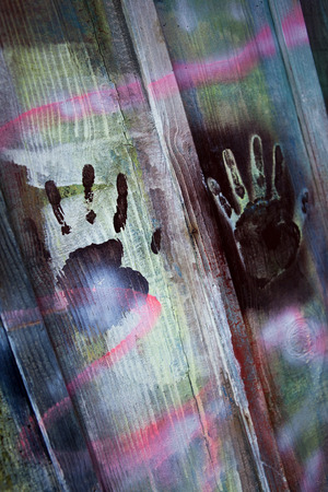 alarming: Impresiones de la mano en una pared de madera pintada
