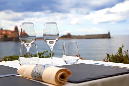 Tabel op het terras van een restaurant met uitzicht op de Middellandse Zee