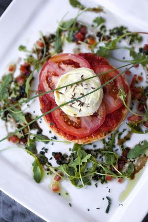 queso de cabra: Tarta de tomate, queso de cabra y ensalada verde