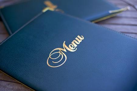 Primo piano di un menu alla moda sul tavolo in un ristorante