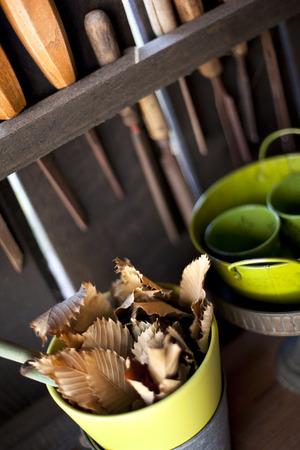 dode bladeren: Dode bladeren en gereedschap in de schuur