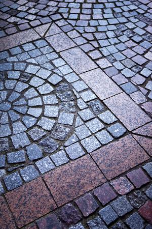 empedrado: Suelo pavimentado en una calle peatonal en la ciudad