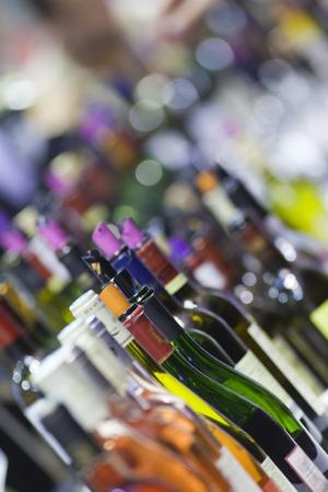 Wijnflessen voor een proeverij in een wijnmakerij