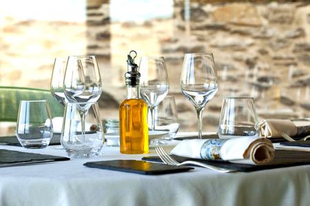 Table set up in a stylish French restaurant Foto de archivo