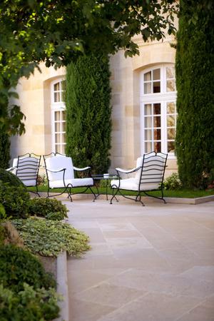 Terras van een luxe herenhuis in de buurt van Bordeaux Stockfoto