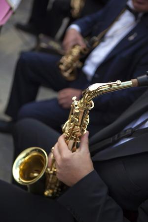 orquesta clasica: Saxofonistas y sus instrumentos en una orquesta clásica